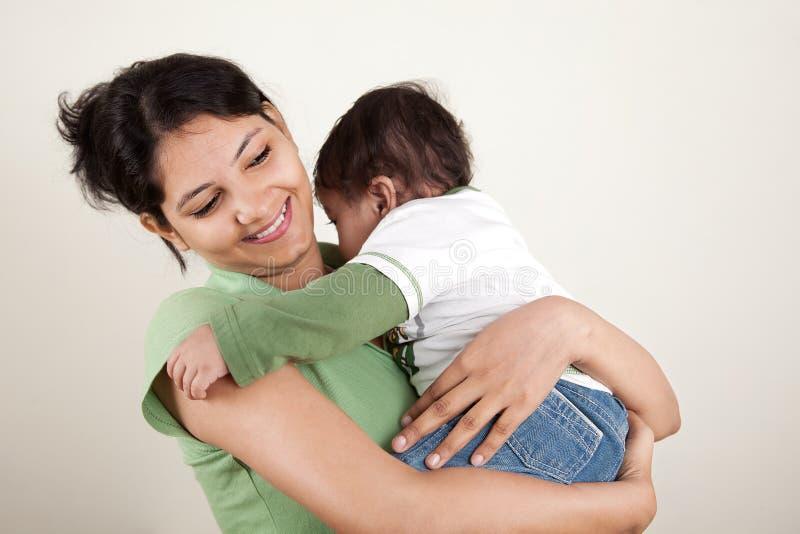 Sonrisa india de la madre y del bebé foto de archivo