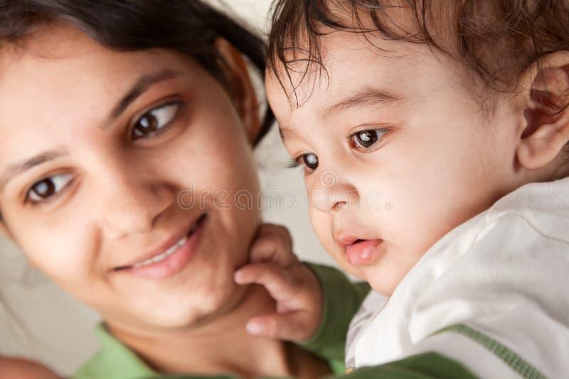 Sonrisa india de la madre y del bebé imagen de archivo libre de regalías