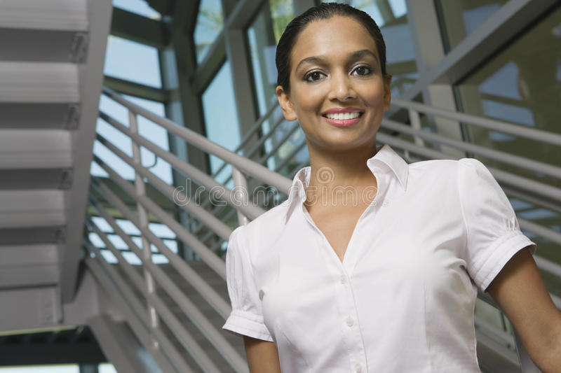 Sonrisa india hermosa de la mujer imagen de archivo
