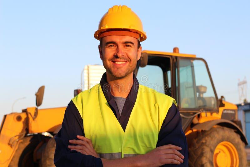 Sonrisa joven atractiva del trabajador de construcción imagen de archivo