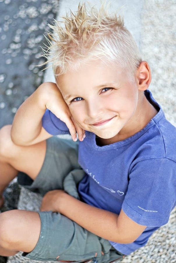 Sonrisa joven del muchacho imágenes de archivo libres de regalías