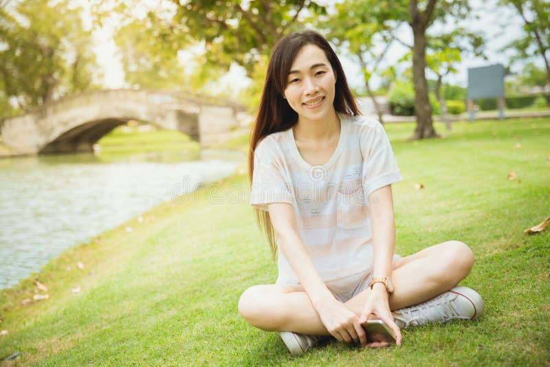 Sonrisa larga de la sentada del pelo párpado chino de la raza de Portait del solo imagen de archivo libre de regalías