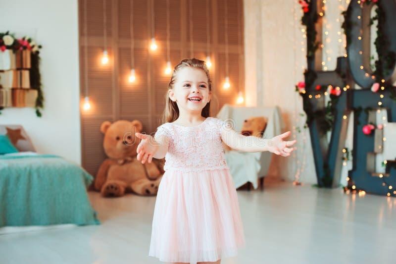 Sonrisa linda 5 años de la muchacha del niño que celebra cumpleaños imagenes de archivo
