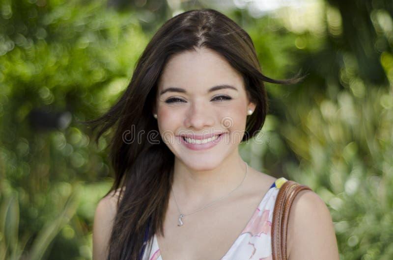 Sonrisa linda de la mujer imagen de archivo