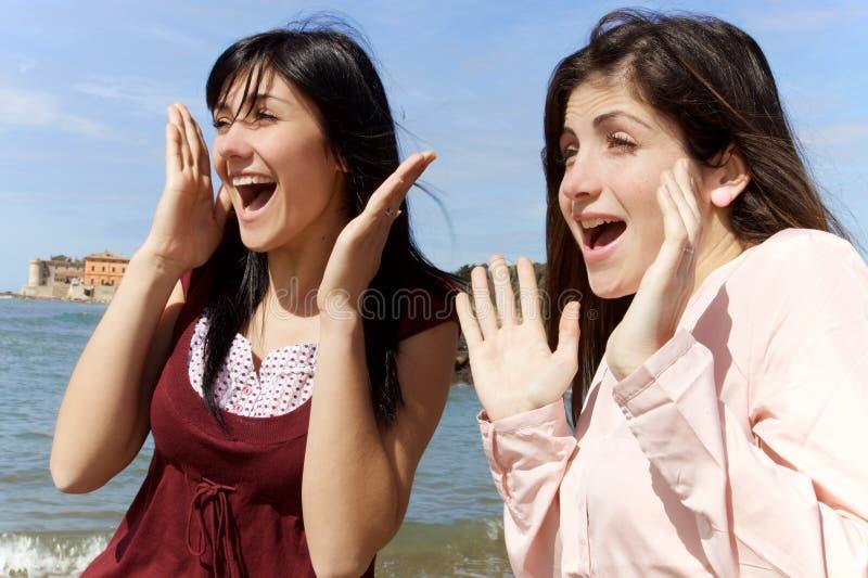 Sonrisa linda de las muchachas feliz delante del mar que mira la visión foto de archivo libre de regalías