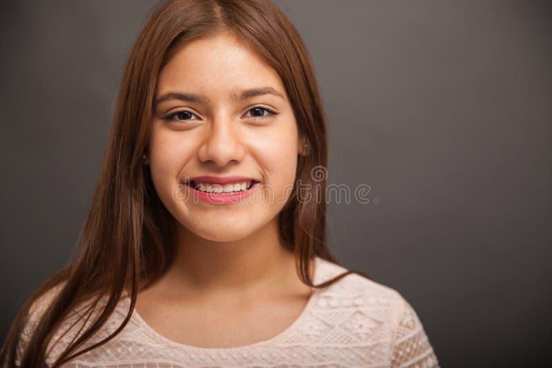 Sonrisa linda del adolescente imagen de archivo