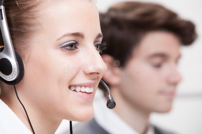 Sonrisa linda del servicio de cliente empresa imagenes de archivo