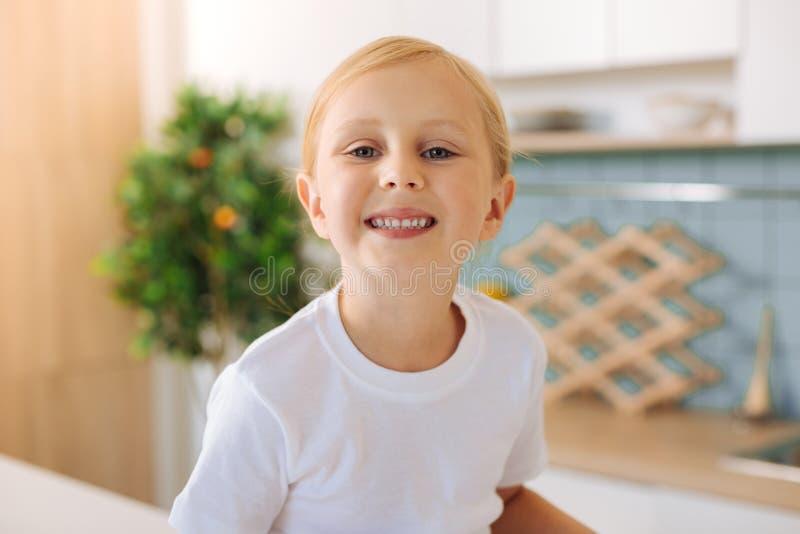 Sonrisa linda feliz de la muchacha foto de archivo
