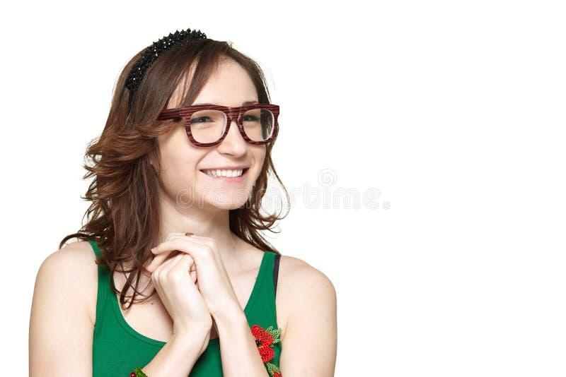 Sonrisa linda y tímida de la mujer joven imagen de archivo