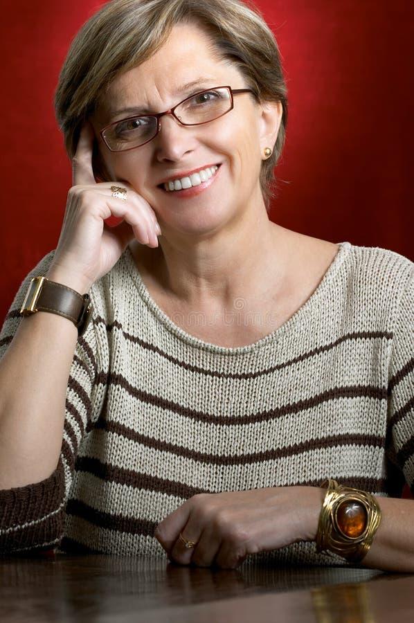 Sonrisa madura de la mujer imagen de archivo libre de regalías