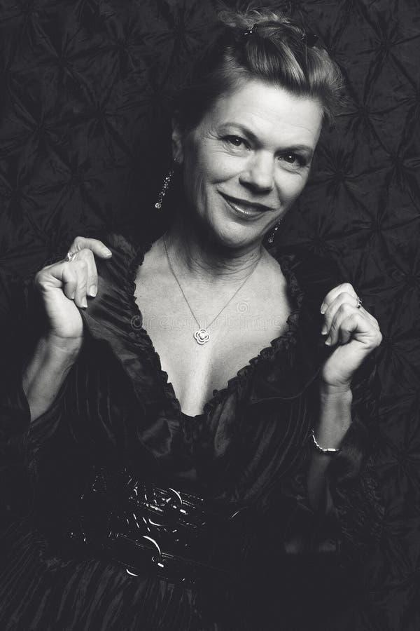 Sonrisa madura de la mujer imagenes de archivo