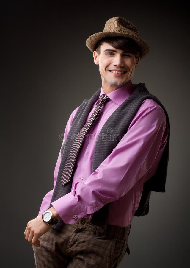 Sonrisa masculina atractiva, ropa retra imágenes de archivo libres de regalías
