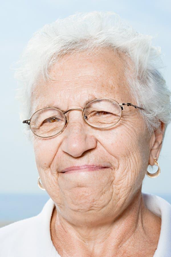 Sonrisa mayor de la mujer fotografía de archivo libre de regalías