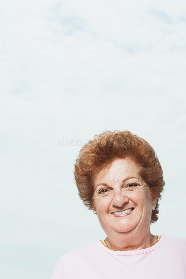 Sonrisa mayor de la mujer imagenes de archivo