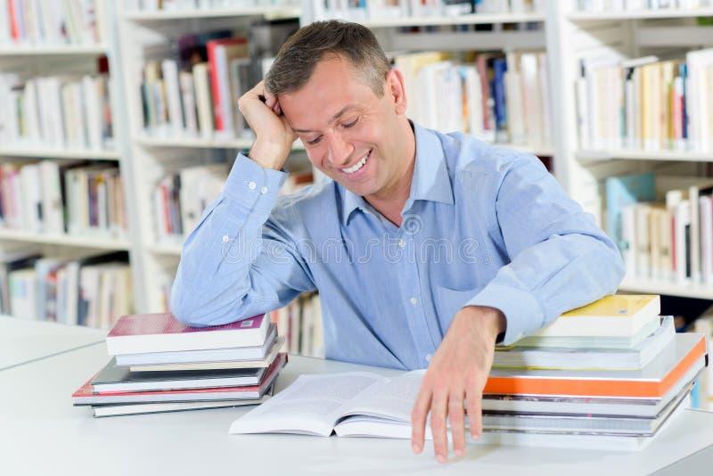 Sonrisa mientras que libro de lectura imagenes de archivo