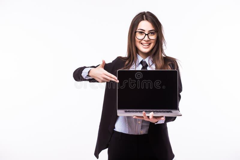 Sonrisa mujer bastante joven con la sonrisa feliz amistosa que celebra un ordenador portátil imagen de archivo