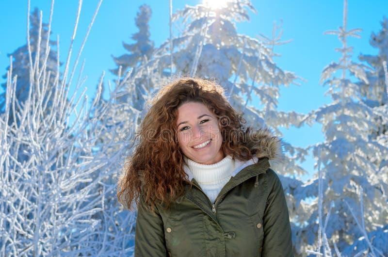 Sonrisa mujer bastante vivaz en un bosque nevoso imagenes de archivo