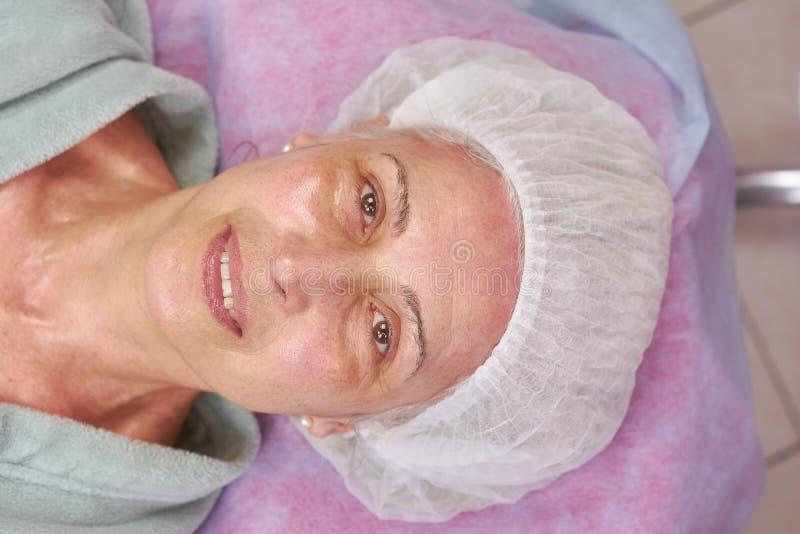 Sonrisa paciente de la clínica madura de la belleza fotos de archivo