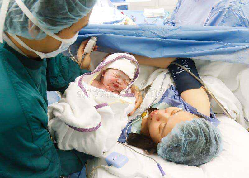 Sonrisa recién nacida del bebé foto de archivo