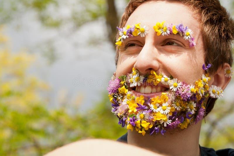 Sonrisa respetuosa del medio ambiente del hombre del inconformista de la flor foto de archivo libre de regalías