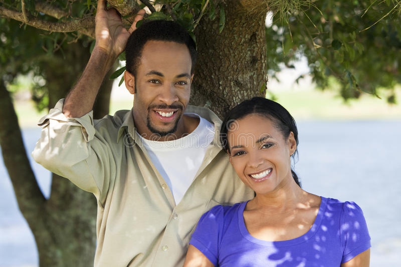 Sonrisa romántica feliz de los pares del afroamericano fotos de archivo