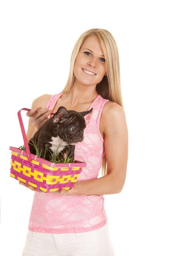 Sonrisa rosada del perro de la cesta de pascua del top sin mangas de la mujer imagen de archivo libre de regalías