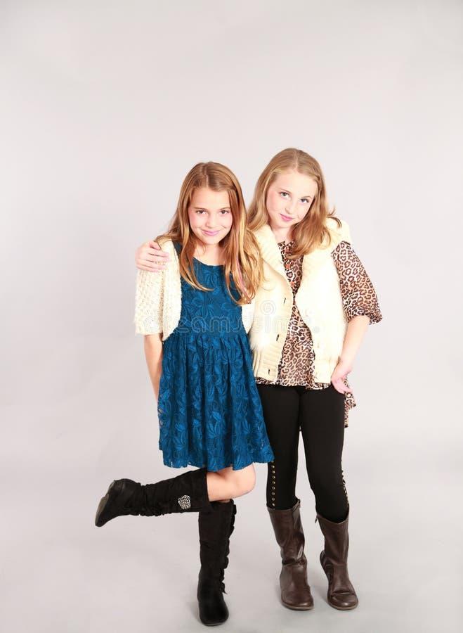 Sonrisa rubia de dos pequeña muchachas imagen de archivo