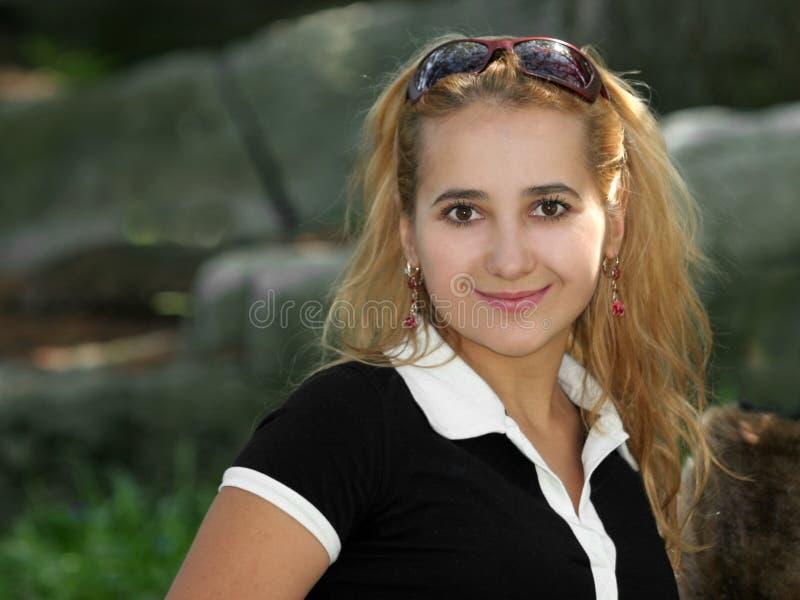 Sonrisa rubia de la muchacha fotografía de archivo libre de regalías