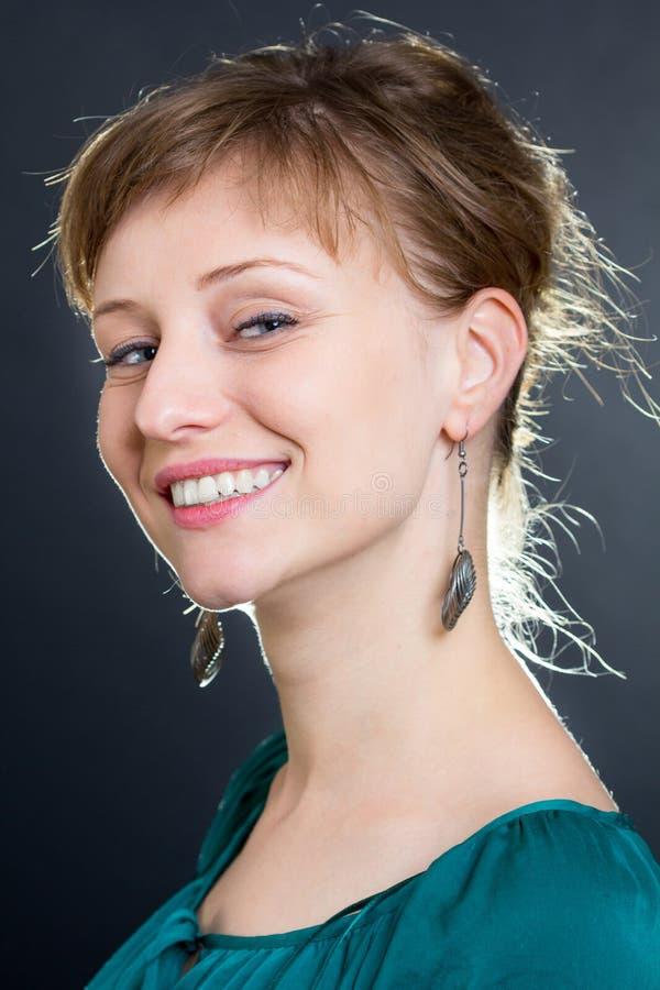 Sonrisa rubia de la mujer imágenes de archivo libres de regalías