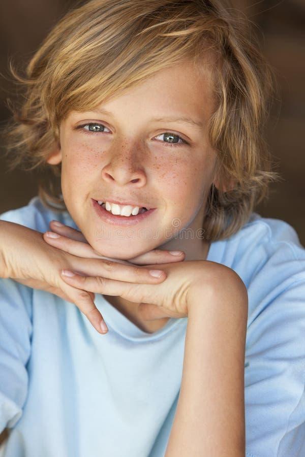 Sonrisa rubia feliz joven del niño del muchacho imagenes de archivo