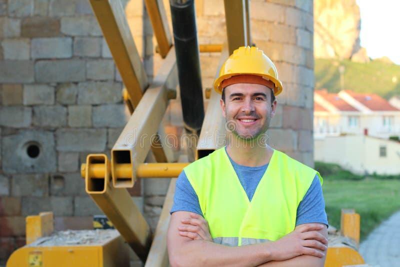 Sonrisa sana del trabajador de construcción aislada imagen de archivo