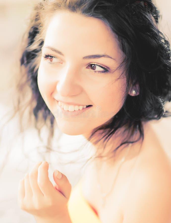 Sonrisa soleada de una chica joven Retrato de una muchacha feliz sonriente atractiva hermosa con los ojos en un día brillante sol foto de archivo libre de regalías