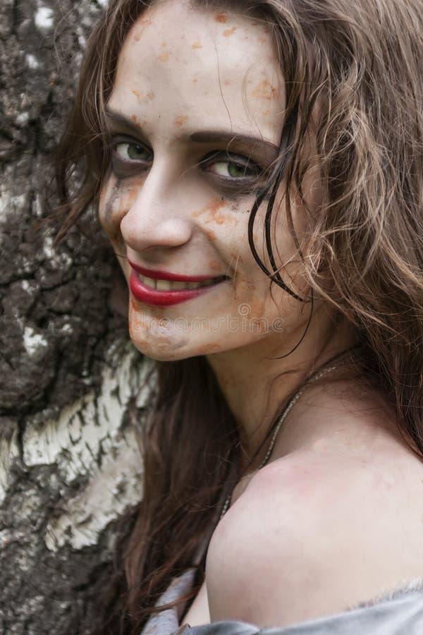 Sonrisa sucia joven hermosa el llevar de mirada enojado y maníaco de la muchacha foto de archivo libre de regalías