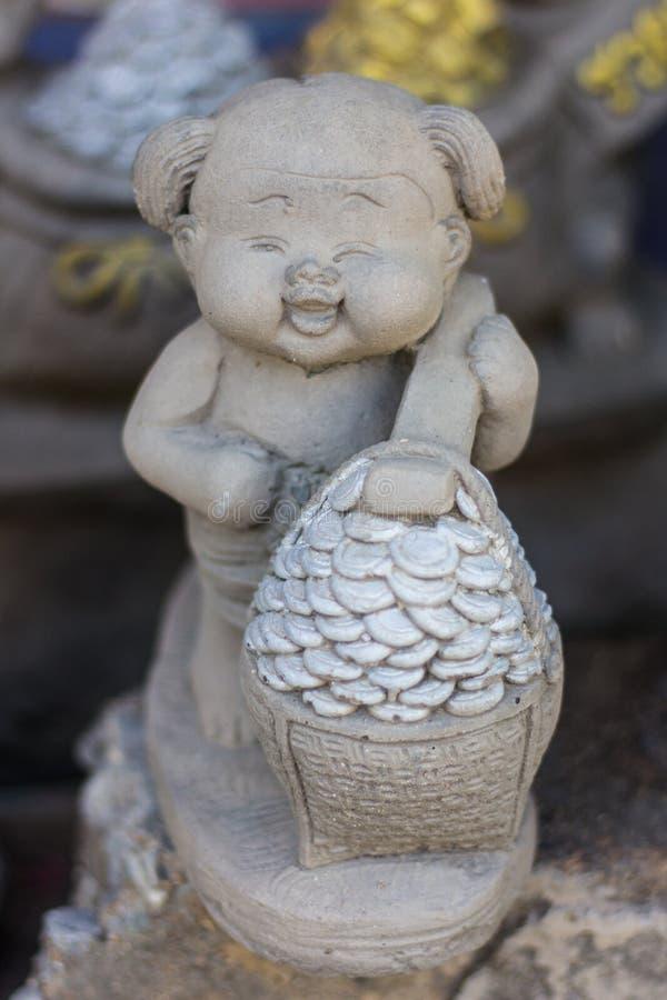 Sonrisa tailandesa de la muñeca de la arcilla, estatua feliz fotografía de archivo libre de regalías