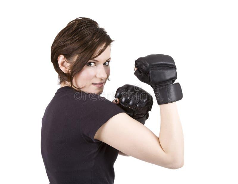 Sonrisa triguena del boxeador del retroceso de la mujer foto de archivo libre de regalías