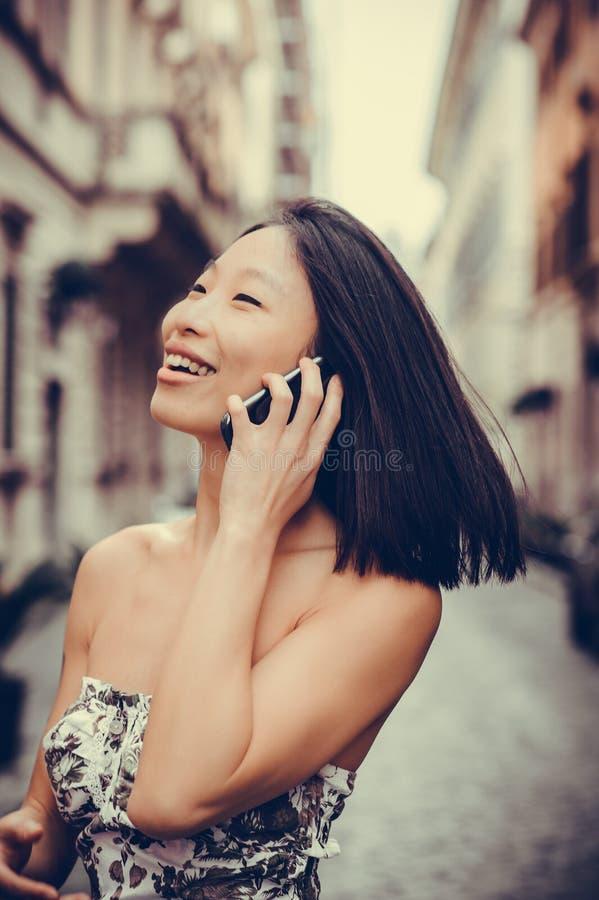 Sonrisa usando el teléfono móvil fotografía de archivo