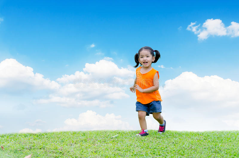 Sonrisa y funcionamiento asiáticos del bebé imágenes de archivo libres de regalías