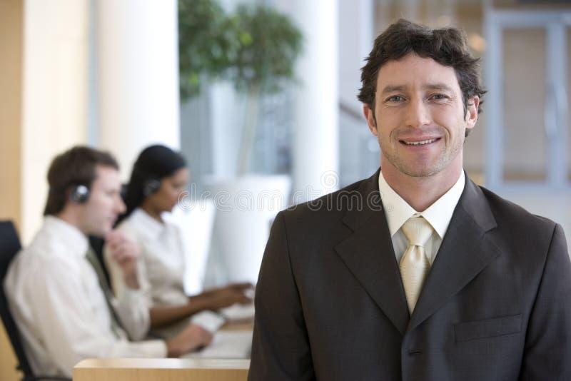 Sonrisa y hombre de negocios confidente fotografía de archivo