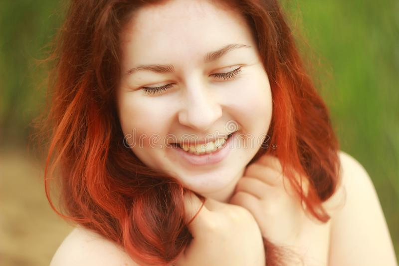 Sonrisas caucásicas blancas jovenes y risas de una mujer alegre con los hoyuelos lindos en sus mejillas fotografía de archivo