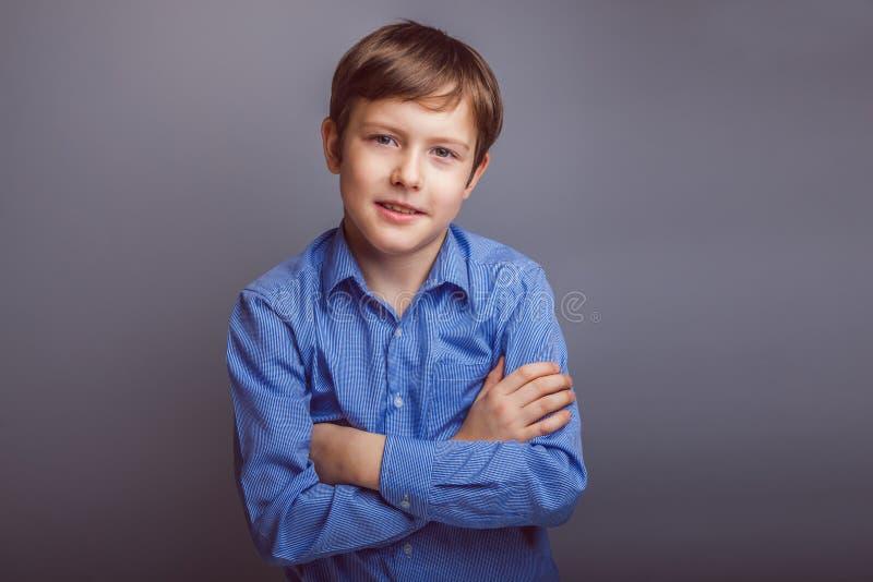 Sonrisas europeas del aspecto del pelo del marrón del muchacho del adolescente imagen de archivo libre de regalías