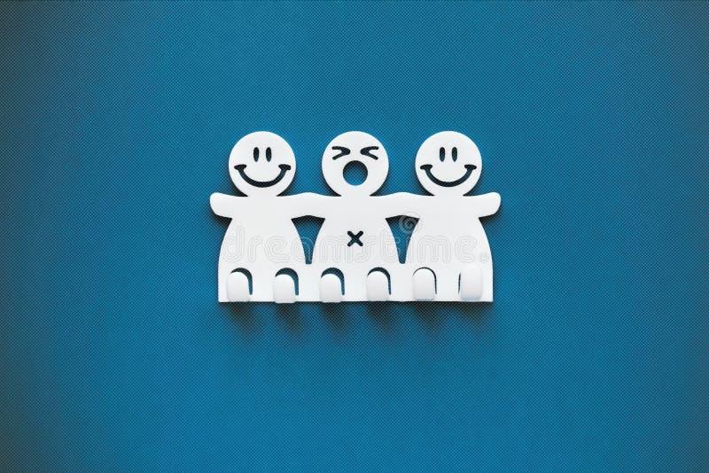 Sonrisas felices y tristes Figuras pl?sticas blancas en fondo azul foto de archivo