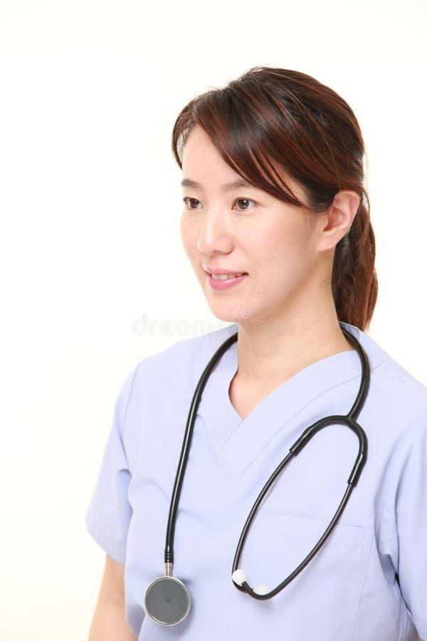 Sonrisas femeninas japonesas del doctor imágenes de archivo libres de regalías