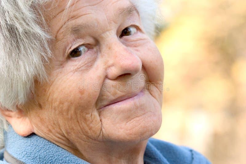 Sonrisas mayores de la mujer foto de archivo libre de regalías
