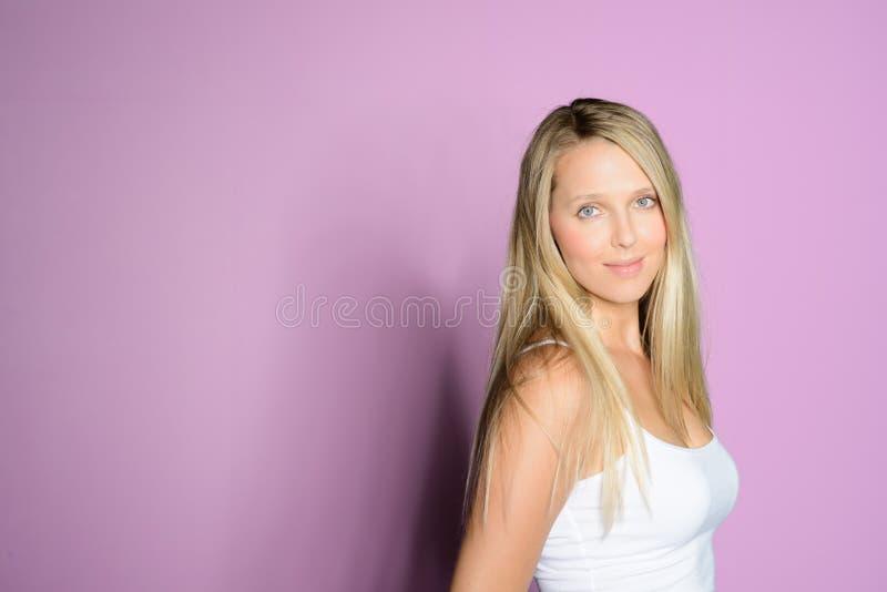 sonrisas rubias hermosas de la mujer fotos de archivo