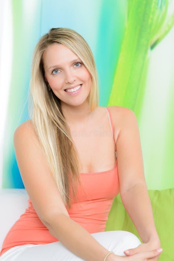 sonrisas rubias hermosas de la mujer imagen de archivo libre de regalías