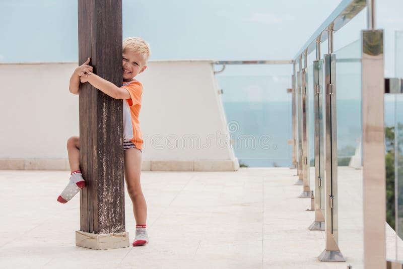 Sonrisas y juego del niño en terraza imágenes de archivo libres de regalías