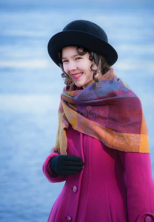 Sonrisas y risas alegres de la muchacha fotografía de archivo