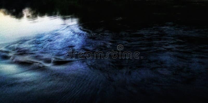 Sons da natureza através do rio imagem de stock