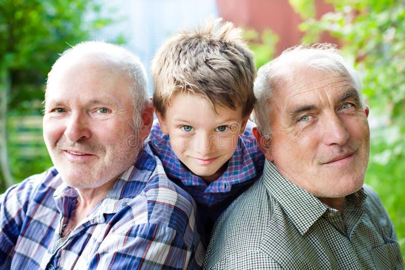 Sonson med morföräldrar royaltyfri bild