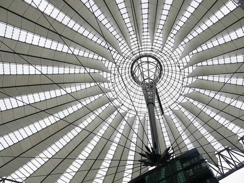 Sony centrum lokalizuje blisko Berlińskiej Potsdamer Platz staci kolejowej Niezwykły dach jest jak żagle fotografia stock